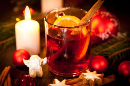 heisser aromatischer glühwein punsch mit orangen und zimt weihnachten winter advent